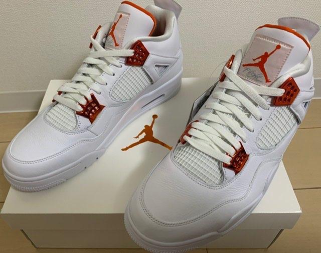 箱も靴も白とオレンジでシンプルな装い。