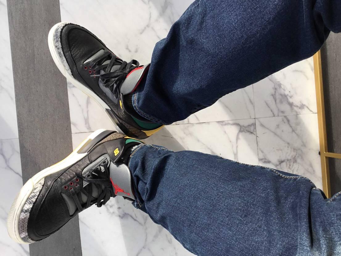 人生初のエアジョーダン3。人気がないという噂のこのモデルなんですが、色合いも靴の