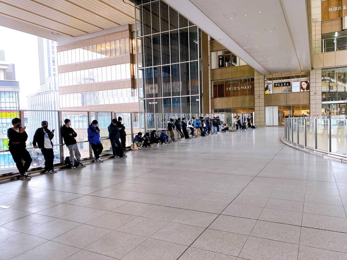 LUCUA大阪の並びこんな感じです! 30人くらい? 今日の相棒はコイツです