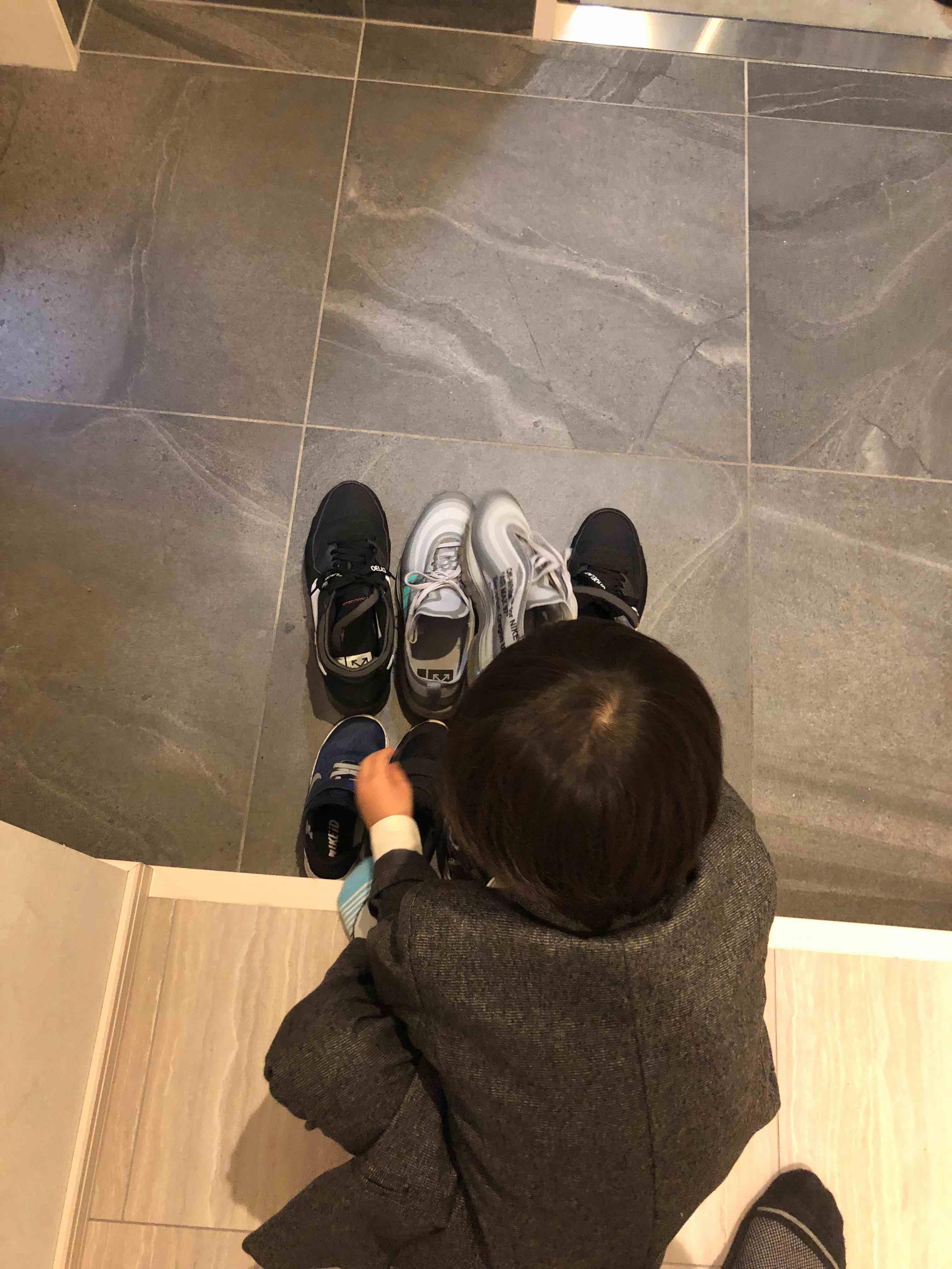 息子の指示に従って履き替え… 並び替え… これから、ディナーにお出かけです。