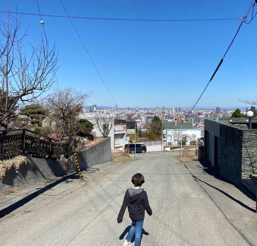 快晴! 息子と近所を散歩。。。 同じスニーカーとは思えない、汚れ具合w