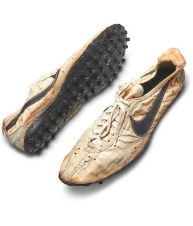 NIKE製「ムーンシューズ(月の靴)」がニューヨークの オークションで4700