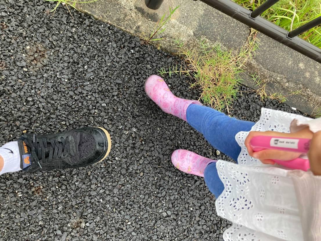 雨なので退屈な娘 傘と長靴で外に出るとごねる。。  俺は雨の中出たくない。