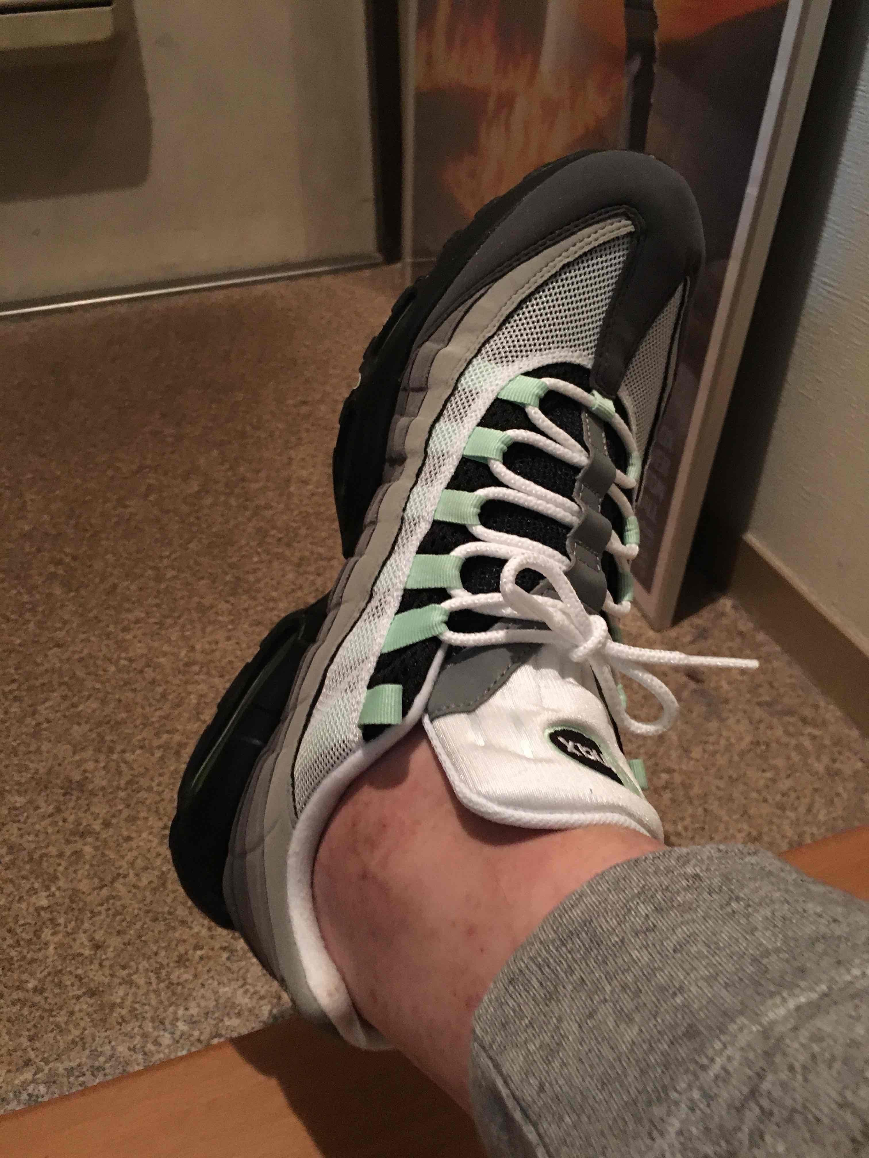 生まれて初めて履くエアマックス95です。 当方、ナイキでは32cmが丁度良いサ