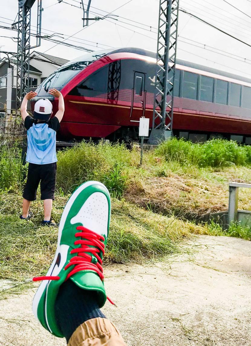 スニーカーではなく電車が好きな子供達😅 比較的新しい特急列車の火の鳥を見たいと