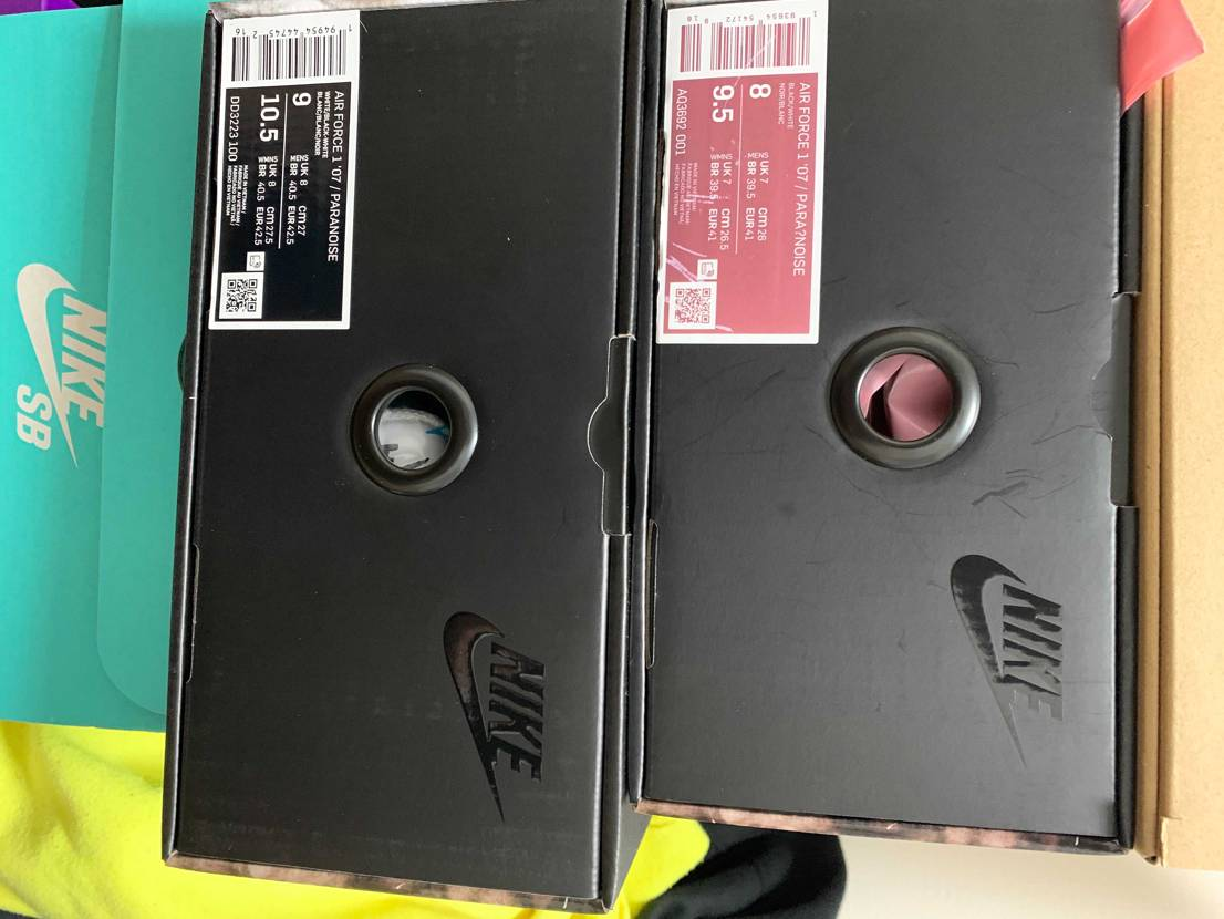 当時黒26.5を知り合いから譲っていただいて、白27は国内正規で購入しました。