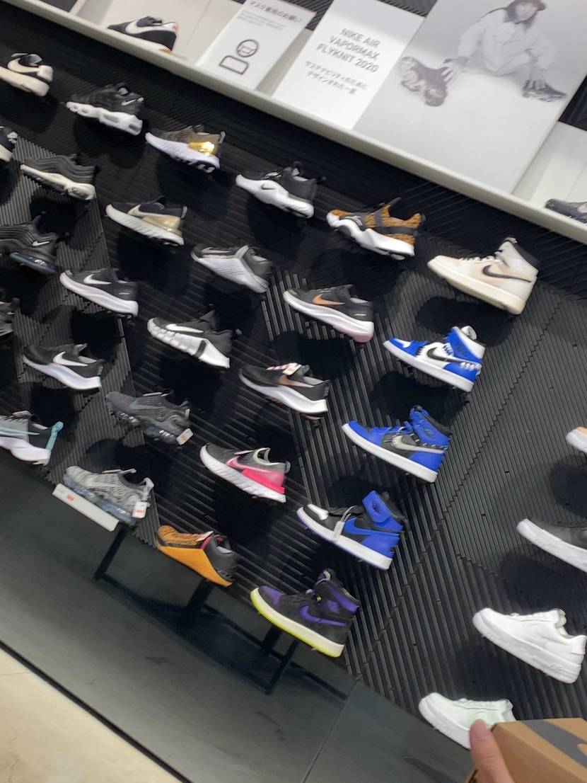Nike大阪にて店頭販売有り 海外の方が多いです。