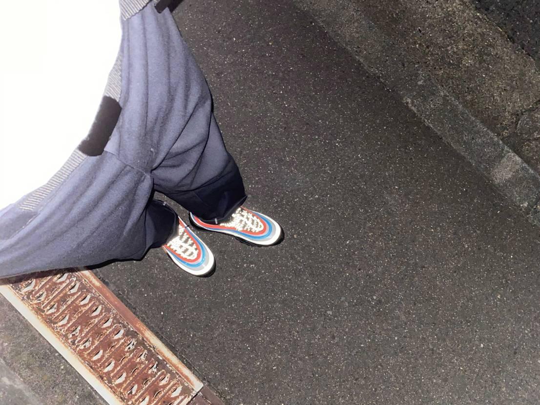 今日スニダンから届いたので早速初履き。シャツをタックインして履くのもいい感じ。光