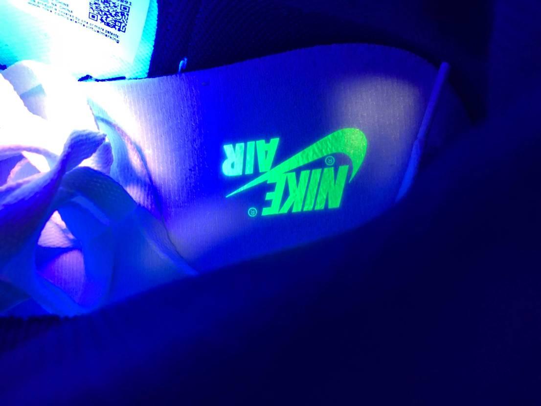 このジョーダン1はインソールに 紫外線ライトをあてると光るのか😶 #nike