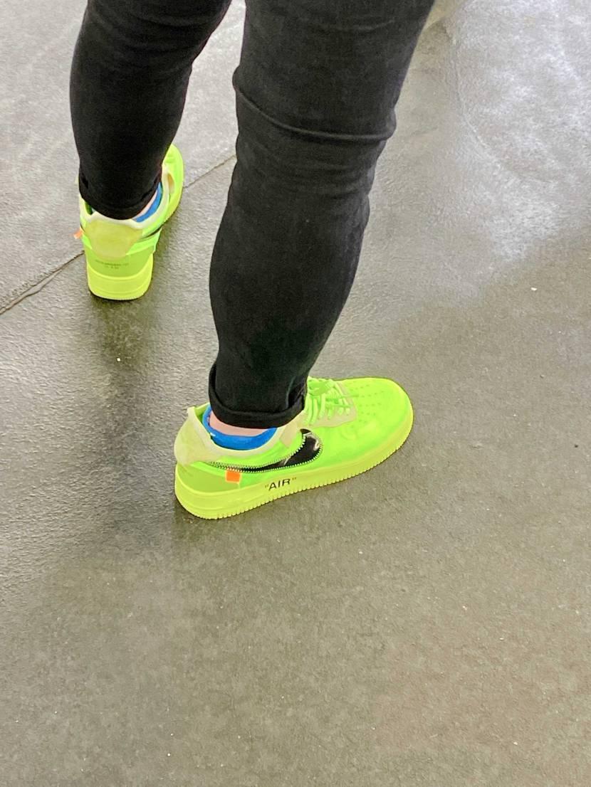 靴以外全身しゅぷの人見かけたんですけど。 これは、、 文字の位置がおかしすぎ