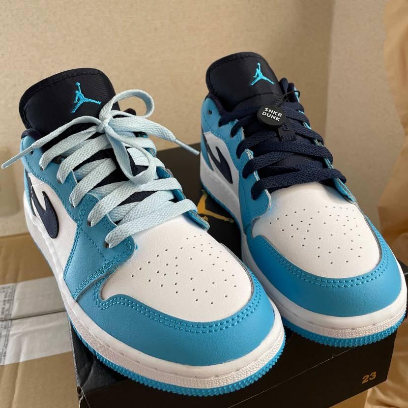 129円の靴紐です。靴のシュータンの色は濃い青なので、同じ色の靴紐より水色の靴紐