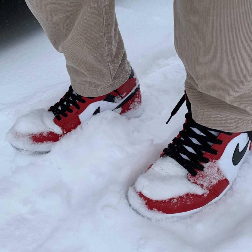 雪でも構わずスニーカー 塗ったつま革がひび割れてら