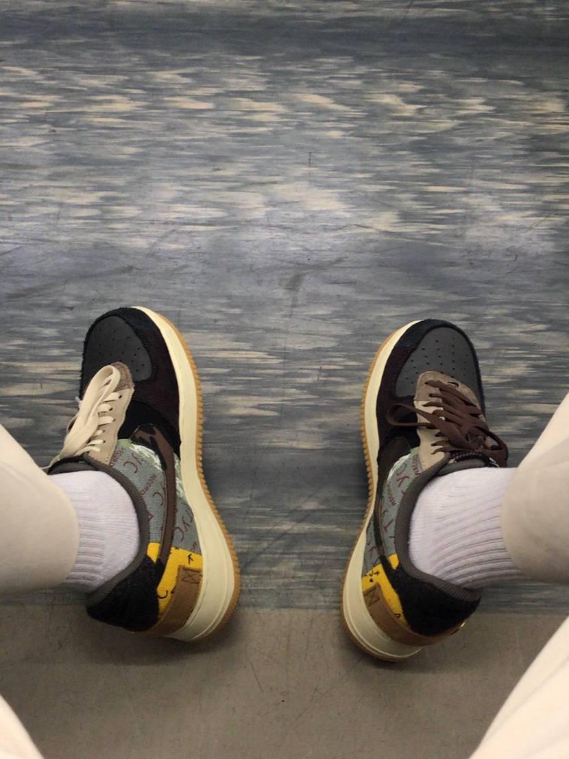 今日初めてトラヴィス履いたけど、シワ防止のシューガードが足の小指に当たって歩く度