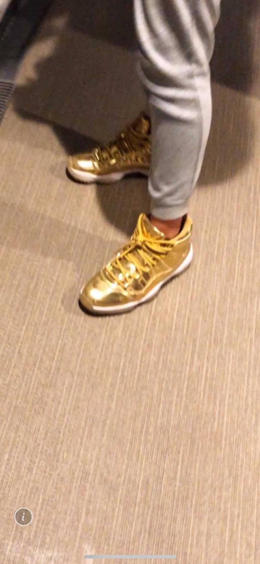 すいません!質問です! 友達がこんな感じのaj13の靴を 持ってると自慢してき