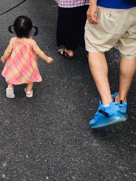 姪っ子と夕方散歩🚶♂️ 720objマジで優秀、下ろしてからこれしか履けなく